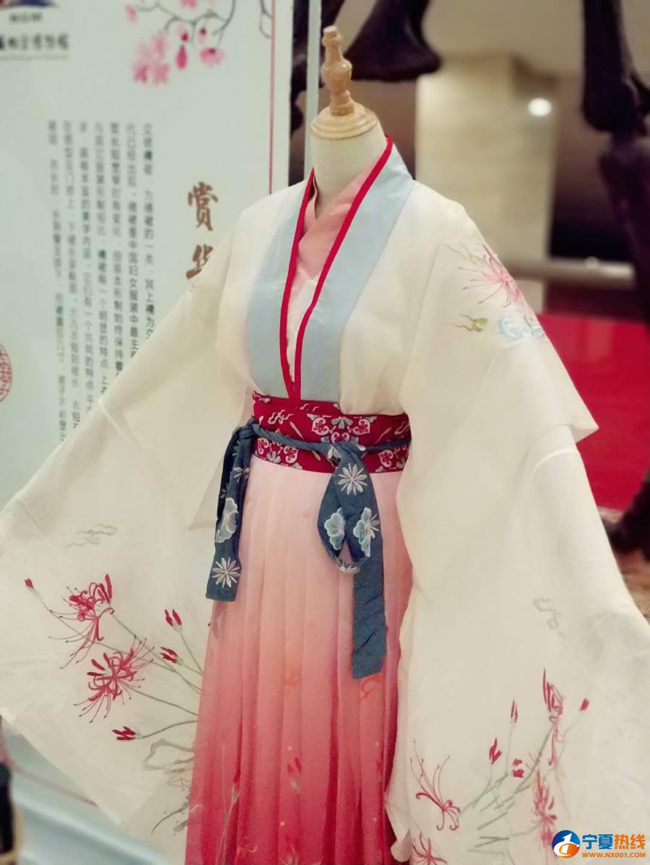 本次赏石节现场,特别展示了十余套当代华服及其配饰。.jpg